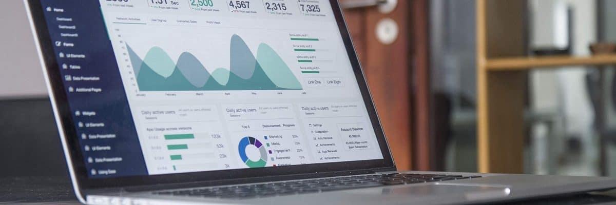 Auf einem Laptop werden verschiedene Statistiken in einer We-Oberfläche angezeigt