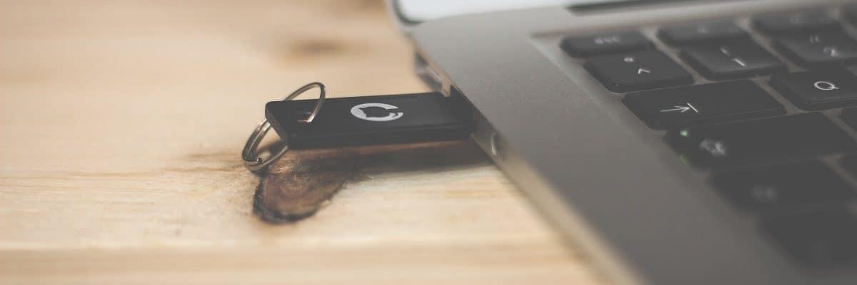 Bild von einem USB Stick in einem Computer