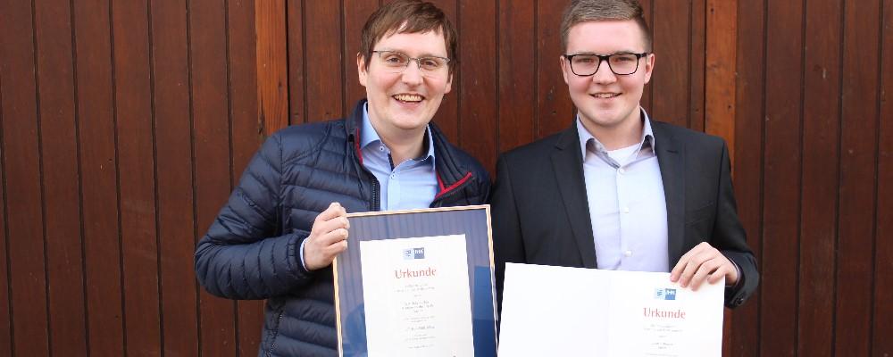 Mein Ausbilder Stefan und ich mit der Urkunde der IHK Oldenburg
